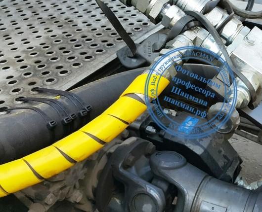 Неправильное крепление шлангов гидропривода HYVA на грузовом автомобиле